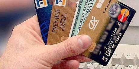 Carte bancaire avalée au distributeur, comment réagir ?
